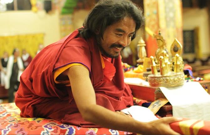 Mingyur Rimpotché offrant la bénédiction traditionnelle aux moines et aux membres de la communauté du monastère de Sherab Ling en Inde. Photo: Paul McGowan