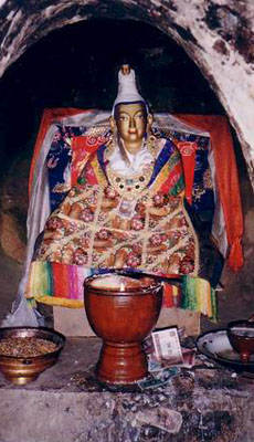 King_Songsten_Gampos_statue_in_his_meditation_cave_at_Yerpa